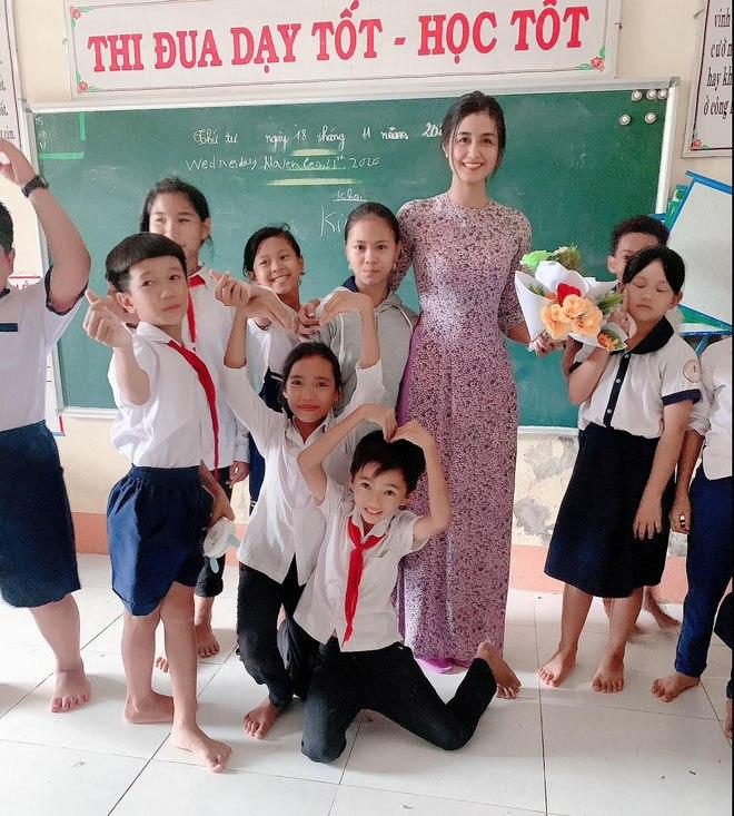 """Cô giáo được học sinh tặng hoa rồi khen: """"Cô là hoa hậu"""", CĐM ngỡ ngàng trước nhan sắc thật - 1"""