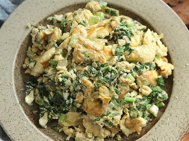 Hết hành lá, đem xào trứng với rau này cả nhà ăn hết bay cả đĩa còn đòi nấu thêm