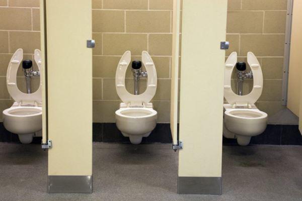 Tại sao ở bồn cầu vệ sinh ở Mỹ lại có khoảng trống trước? Hóa ra đây là lý do - 4