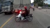 Sang đường sau đuôi xe tải, nam thanh niên bị cuốn vào gầm xe