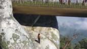 """Nữ du khách bất chấp nguy hiểm leo xuống bàn tay khổng lồ ở Cầu Vàng để """"sống ảo"""""""