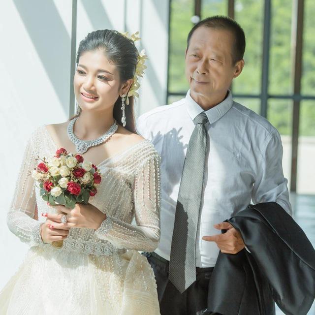 Chú rể 70 vẫn cưới vợ ngoại quốc đáng tuổi cháu, nhan sắc cô dâu gây ngỡ ngàng - 4