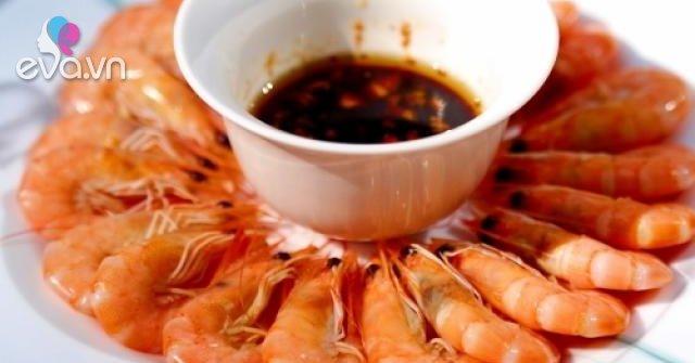 Luộc tôm thêm muối, dùng nước hoặc hay nóng? Đầu bếp bảo đều sai, làm thế này mới chuẩn!