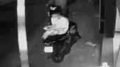 Bị cướp giật điện thoại, người đàn ông thất thần đứng nhìn