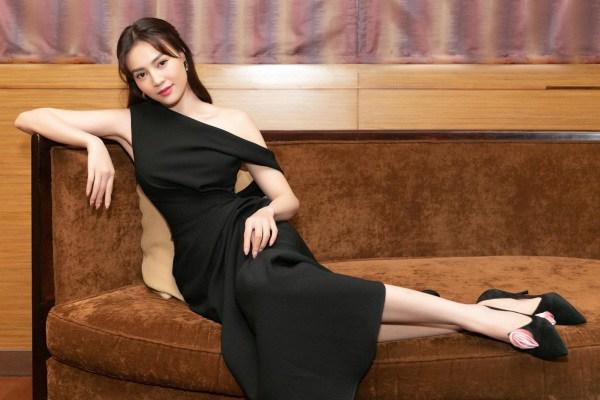 Lan Ngọc thả nhẹ đường cong với toàn váy đen tối giản vẫn đẹp nức nở - 4