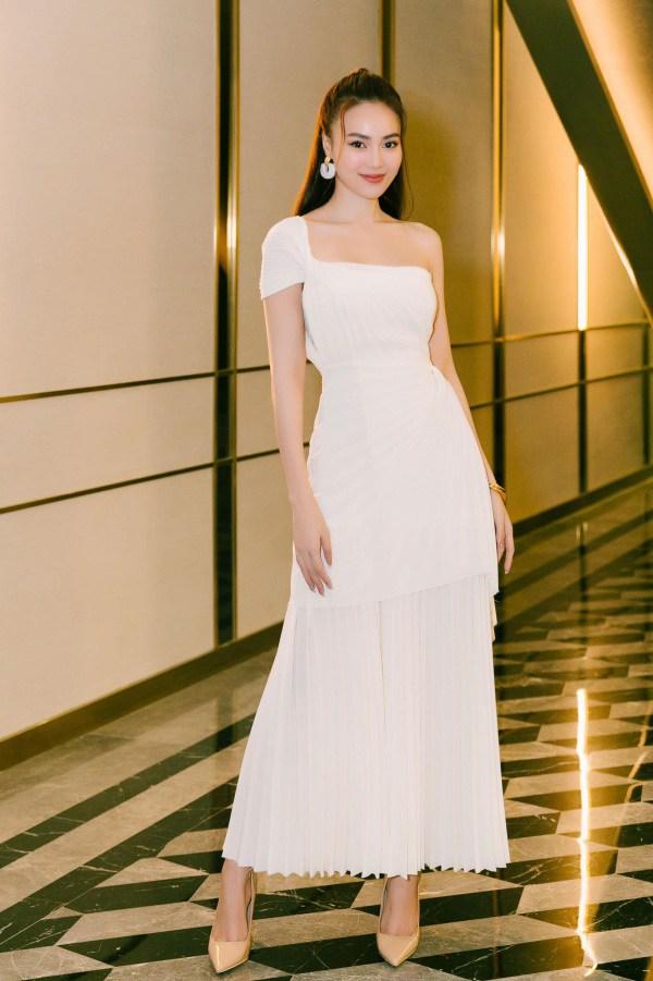 Lan Ngọc thả nhẹ đường cong với toàn váy đen tối giản vẫn đẹp nức nở - 5