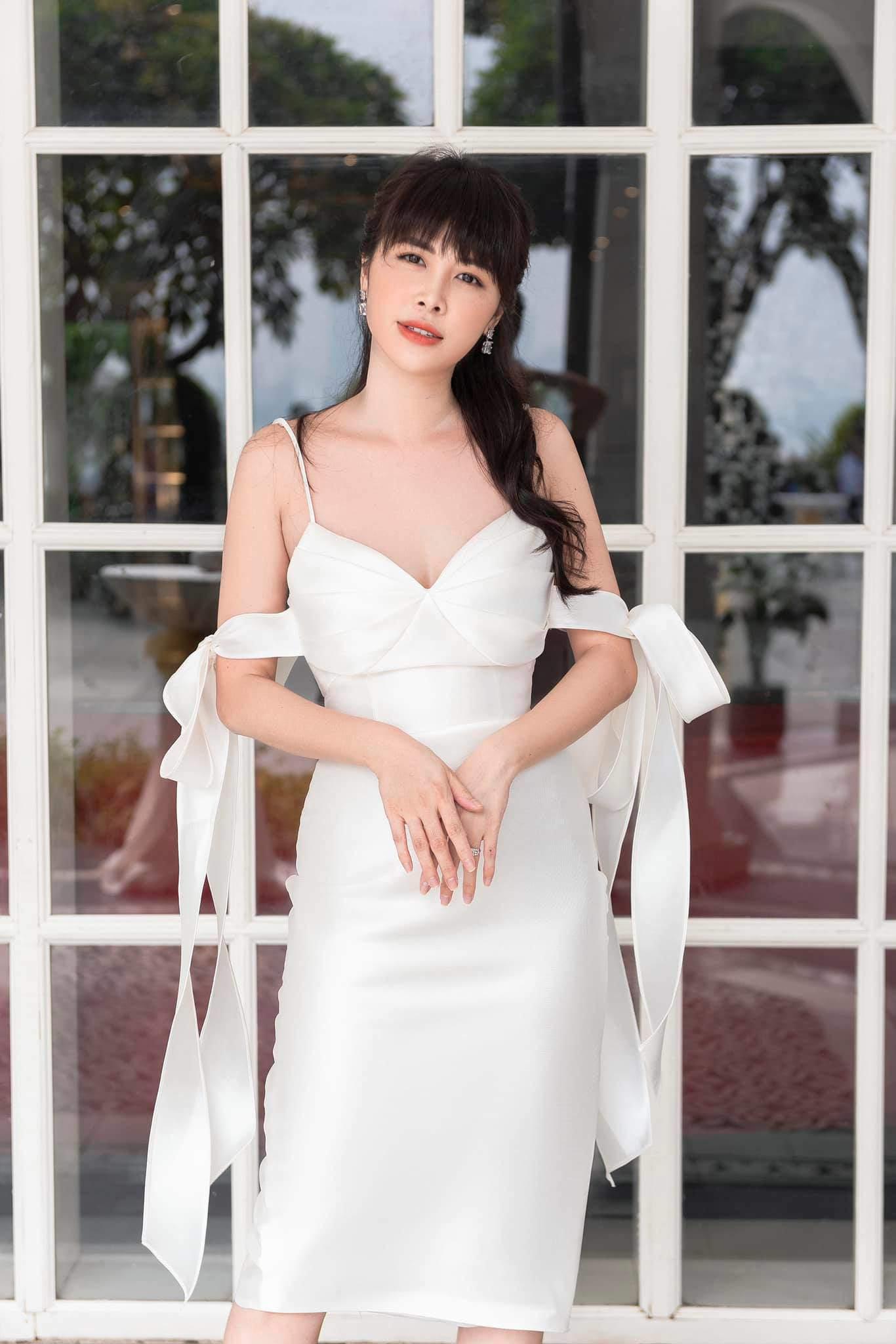 Sinh nhật Đăng Khôi, bà xã U40 đẹp lấn át chồng vì cả da lẫn dáng đều như gái 20 - 9