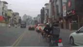 """Đánh lái tránh va chạm, tài xế ô tô khiến dân mạng """"đứng tim"""""""