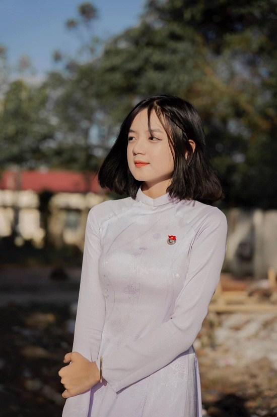 Nữ sinh Cà Mau diện áo dài trắng đẹp tự tiểu tiên nữ, nổi danh hội trai xinh gái đẹp - 1
