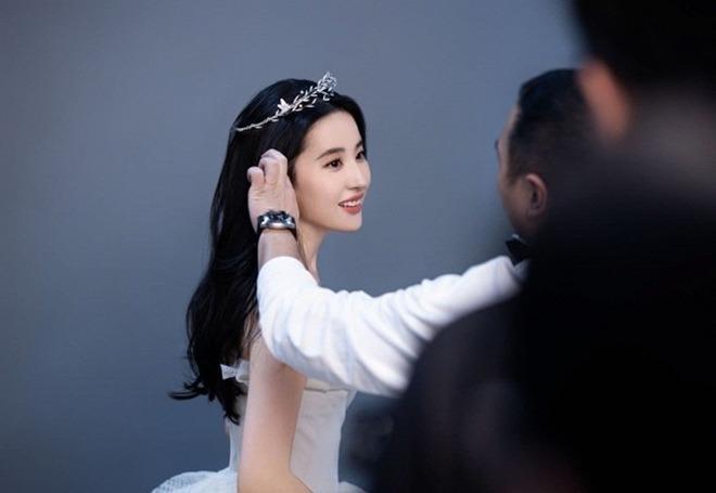 Chia tay Song Seung Hun 3 năm, Lưu Diệc Phi mặc váy cưới, amp;#34;thần tiên tỷ tỷamp;#34; sẽ kết hôn? - 5