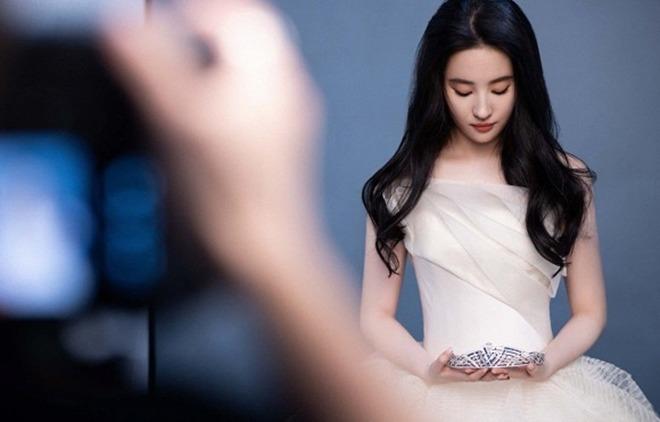 Chia tay Song Seung Hun 3 năm, Lưu Diệc Phi mặc váy cưới, amp;#34;thần tiên tỷ tỷamp;#34; sẽ kết hôn? - 6