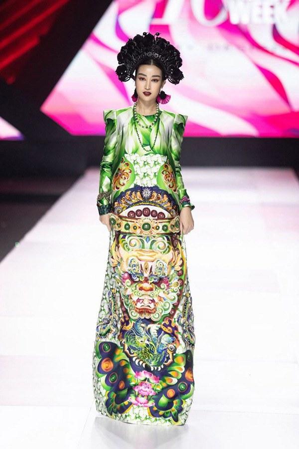 Hoá thân nữ thần, Đỗ Mỹ Linh như gục ngã với chiếc váy dát vàng nặng 40kg - 5