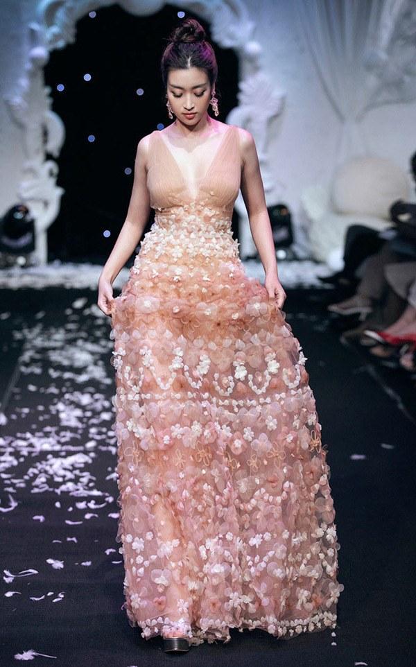 Hoá thân nữ thần, Đỗ Mỹ Linh như gục ngã với chiếc váy dát vàng nặng 40kg - 6
