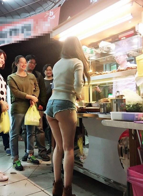 Đứng bán cơm gà, cô gái làm thực khách chẳng thể ăn ngon bởi chiếc váy amp;#34;hư hỏngamp;#34; - 14