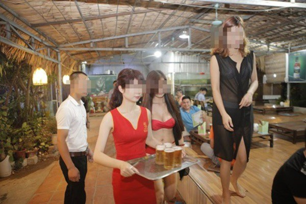 Đứng bán cơm gà, cô gái làm thực khách chẳng thể ăn ngon bởi chiếc váy amp;#34;hư hỏngamp;#34; - 13