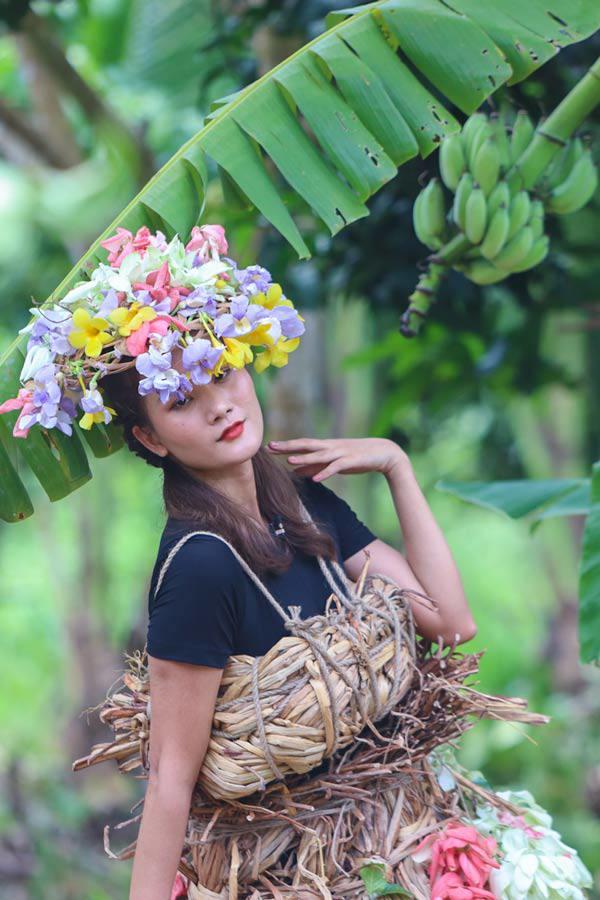 Lột hết quần áo đắt đỏ, dàn Hoa-Á hậu làm váy áo từ lá cây, hoa vườn đẹp đỉnh - 6