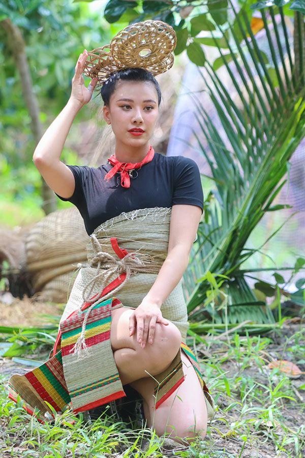 Lột hết quần áo đắt đỏ, dàn Hoa-Á hậu làm váy áo từ lá cây, hoa vườn đẹp đỉnh - 8