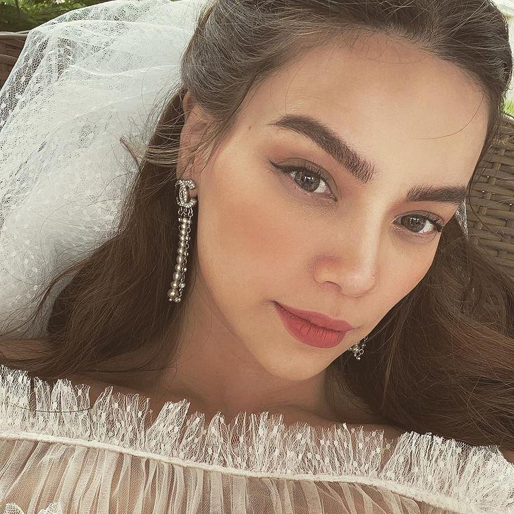 Đeo dây chuyền kim cương, mặc váy cưới lộng lẫy: Hồ Ngọc Hà sắp làm cô dâu? - 7