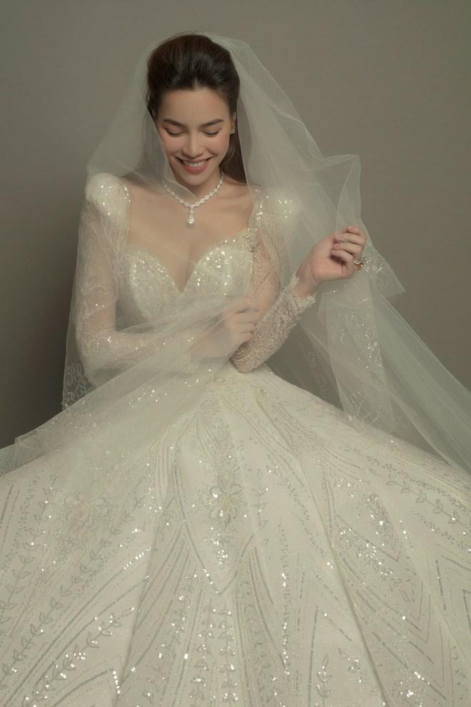 Đeo dây chuyền kim cương, mặc váy cưới lộng lẫy: Hồ Ngọc Hà sắp làm cô dâu? - 4