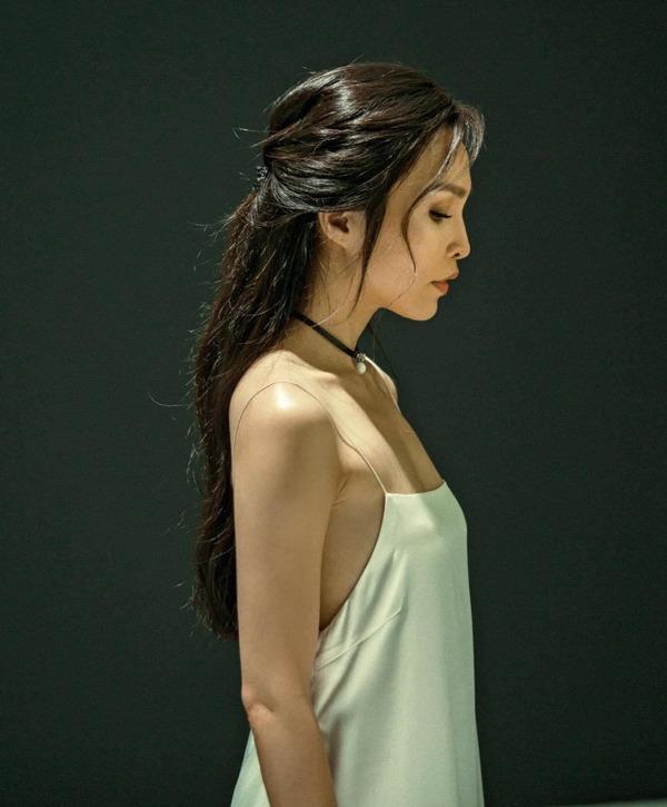 Mải mê để tóc dài suôn thẳng, Hiền Thục vừa đổi kiểu xoăn bồng bềnh càng trẻ ngỡ ngàng - 4
