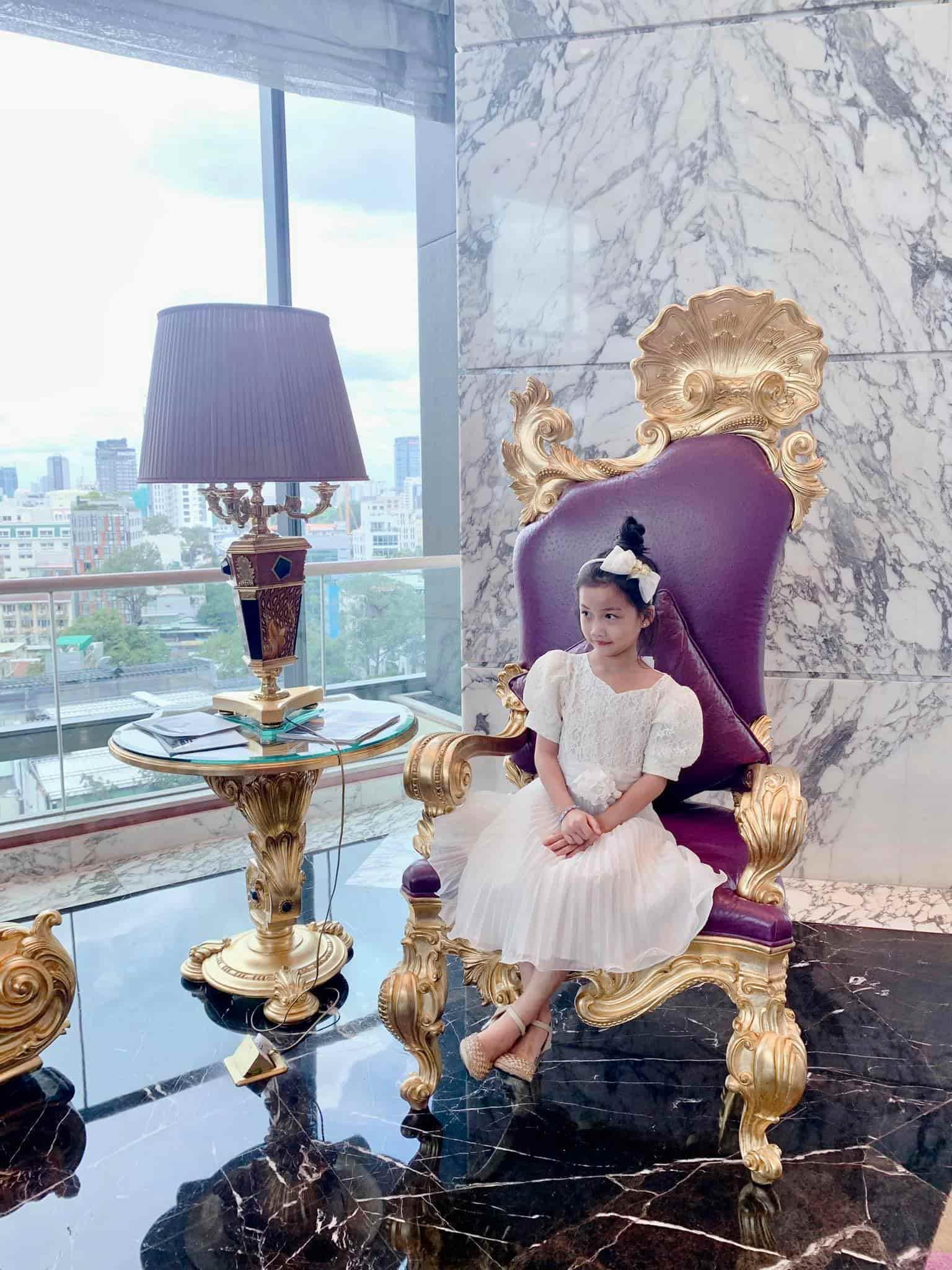 Con gái Ốc Thanh Vân đến trường diện đồng phục chất ngất: mang tất cọc cạch, đi giày cao gót - 1