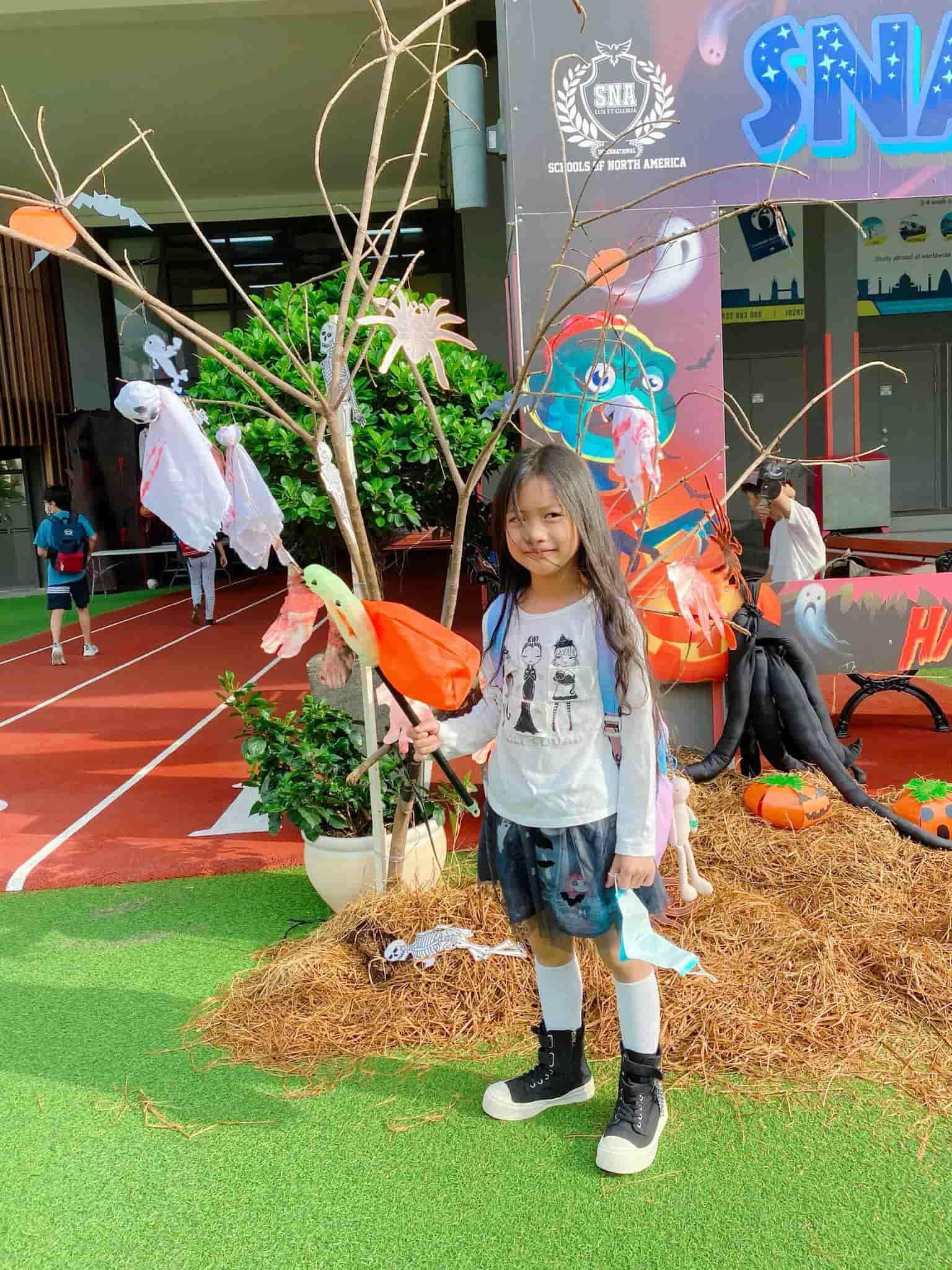 Con gái Ốc Thanh Vân đến trường diện đồng phục chất ngất: mang tất cọc cạch, đi giày cao gót - 14