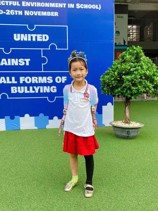 Con gái Ốc Thanh Vân đến trường diện đồng phục chất ngất: mang tất cọc cạch, đi giày cao gót - 5