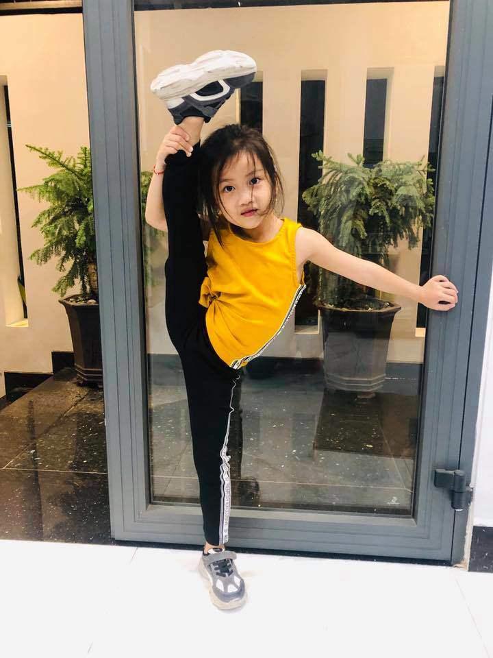 Con gái Ốc Thanh Vân đến trường diện đồng phục chất ngất: mang tất cọc cạch, đi giày cao gót - 3