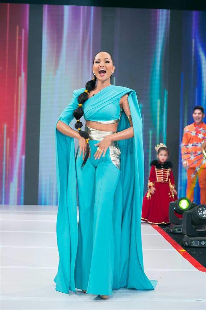 """Chiếc quần """"thị phi"""" nhất2020 là quần bó chẽn: không chỉ hotgirl, đến Hoa hậu cũng khó mặc đẹp - 7"""