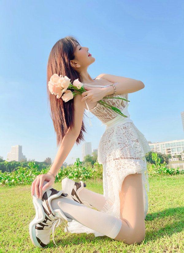 Diện áo dài trắng nền nã, nữ sinh đưa tay vén tóc tiện khoe luôn body phổng phao - 1