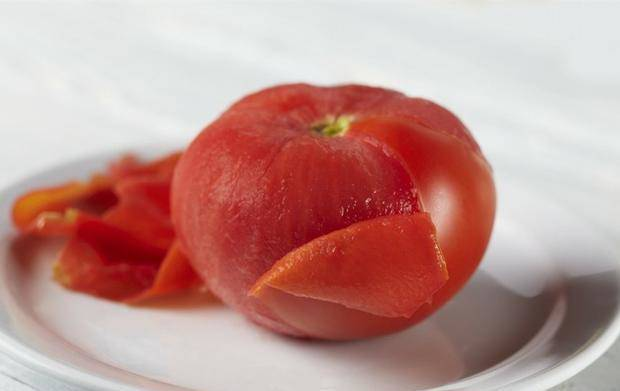 Không cần dùng nước sôi để lột vỏ cà chua, học chiêu này 10 giây là bóc xong vỏ - 5