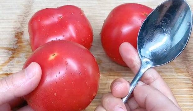 Không cần dùng nước sôi để lột vỏ cà chua, học chiêu này 10 giây là bóc xong vỏ - 1