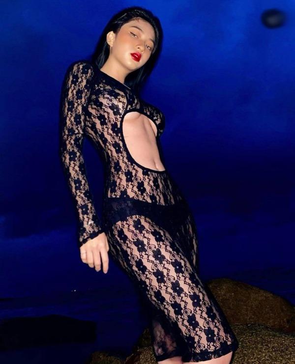 Hot girl có nhan sắc chuẩn Tây khoe thềm ngực ngồn ngộn sau lớp áo xuyên thấu - 1