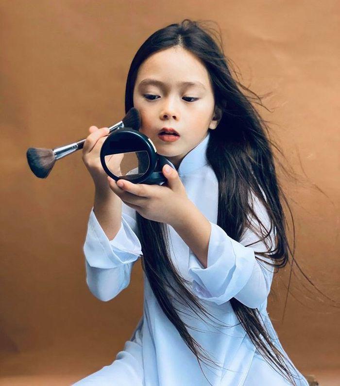 Hội tiểu công chúa amp;#34;điệu chảy nướcamp;#34; của sao Việtmê son phấn: bé sành sỏi, bé hoạ mặt tèm lem - 4
