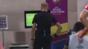"""2 màn """"bới lông tìm vết"""" của trọng tài trận Việt Nam-Oman, cổ động viên la ó khắp MXH"""