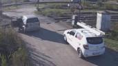 Cố băng qua đường ray, tài xế vứt ô tô bỏ chạy khi tàu lao tới
