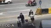 Băng qua đường, cô gái bị cướp 2 lần chỉ trong vài giây