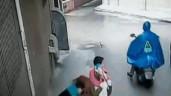 Cô gái bị 2 người đàn ông khống chế, cướp túi xách giữa đường