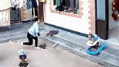 Mẹ phản ứng cực nhanh, cứu con trai thoát nạn trong gang tấc