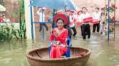 Cưới đúng ngày mưa ngập nửa người, cặp đôi khiến cả làng bật cười thích thú vì điều đặc biệt