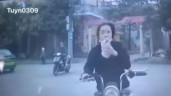 Vừa đi xe đạp điện vừa uống trà sữa, cô gái tông thẳng đầu ô tô khiến CĐM ngán ngẩm